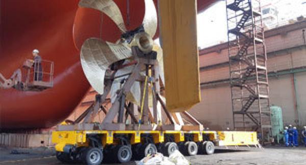 Installing propeller using a SPMT